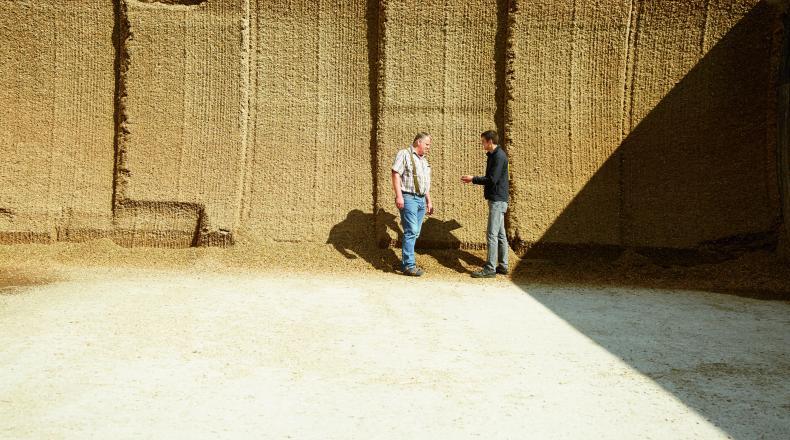 Landwirt und Fachberater vor Silo - Sano