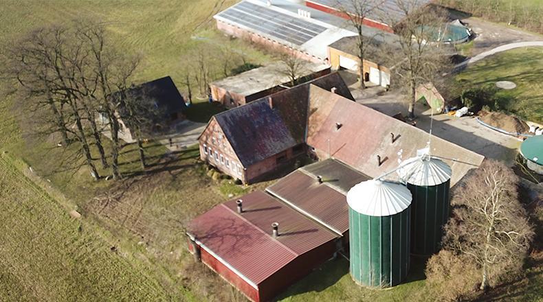 Man sieht die Luftaufnahme eines Bauernhofs.