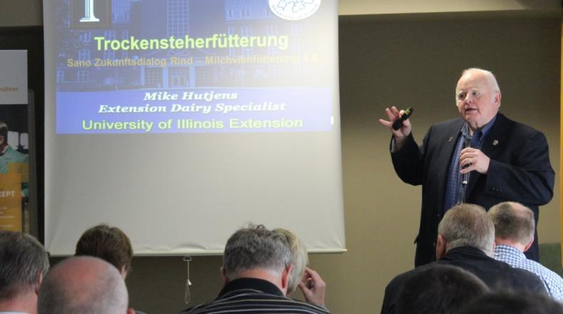 Amerikanischer Professor Hutjens bei Sano Fachvortrag redend bei Präsentation zu Trockensteherfütterung.