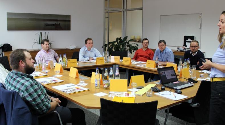 Zukunftsdialog Schwein Sano - Gruppenbild der Teilnehmer bei Diskussionsrunde.