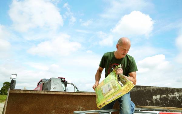 Siliermittel für Grassilage Sano - Landwirt mit Labacsil Siliermittel im Silo