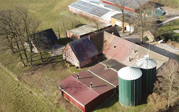 Man sieht eine Luftaufnahme eines Bauernhofs.
